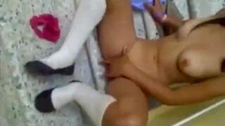 Gatita adolescente traviesa se desnuda en la prepa